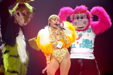 Miley+Cyrus+Miley+Cyrus+Performs+Perth+Iqap-E8QSR-l